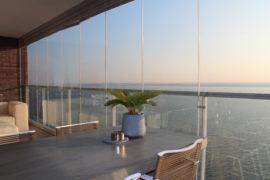 Plaatsen balkonbeglazing en terrasvloer